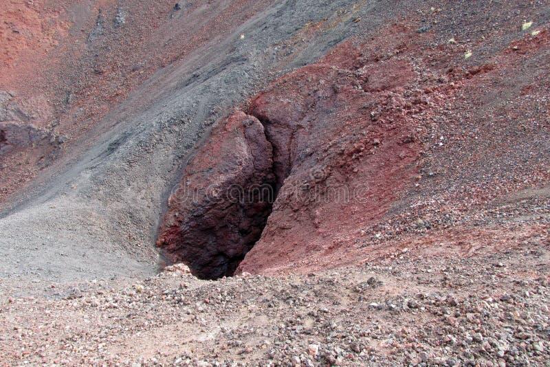Ηφαιστειακοί κόκκινοι βράχοι λάβας στον κρατήρα στοκ φωτογραφία με δικαίωμα ελεύθερης χρήσης