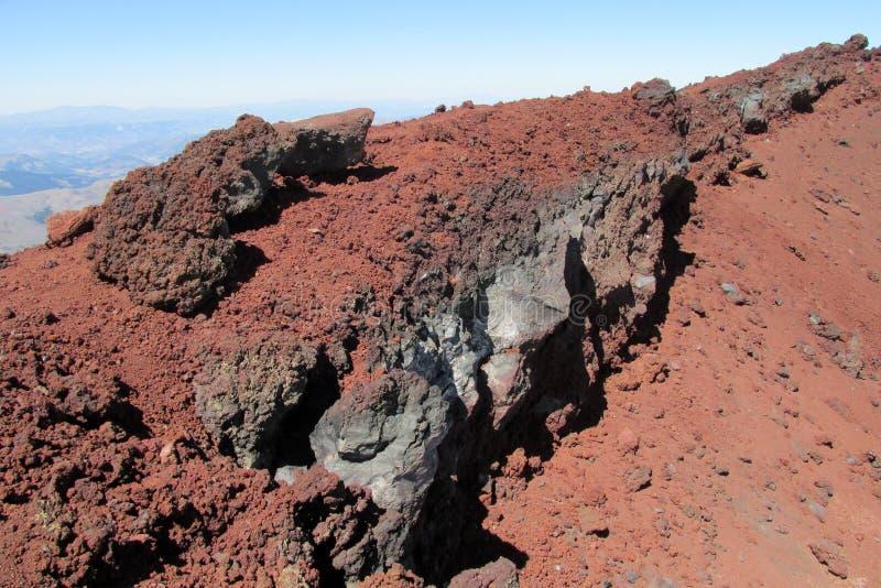 Ηφαιστειακοί κόκκινοι βράχοι λάβας στον κρατήρα στοκ εικόνα με δικαίωμα ελεύθερης χρήσης