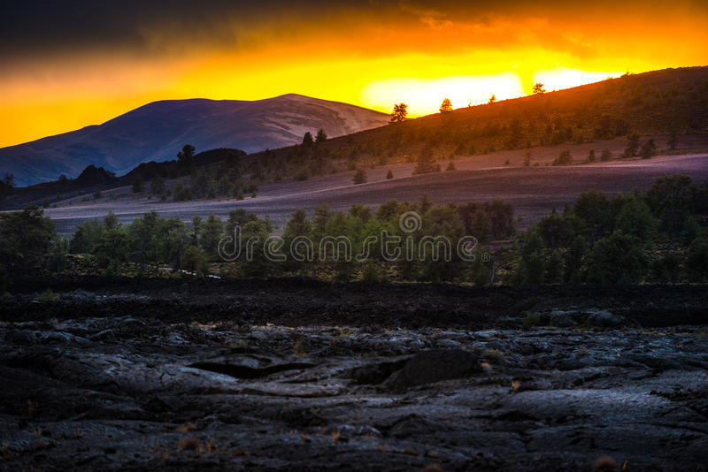 Ηφαιστειακό τοπίο μετά από τους κρατήρες ηλιοβασιλέματος του φεγγαριού στοκ εικόνες με δικαίωμα ελεύθερης χρήσης