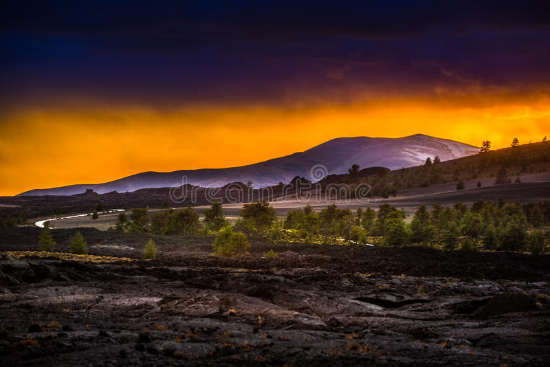 Ηφαιστειακό τοπίο μετά από τους κρατήρες ηλιοβασιλέματος του φεγγαριού στοκ φωτογραφία