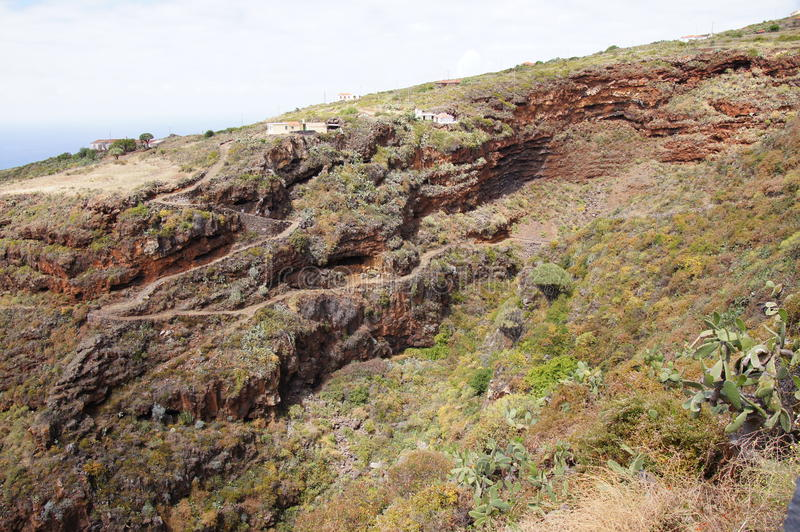 Ηφαιστειακό τοπίο, χαρακτηριστικά σπίτια, άγρια βλάστηση στοκ εικόνες
