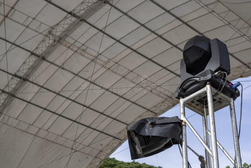 Ηχητικό σύστημα στο υπαίθριο περίπτερο Υπαίθριος εξοπλισμός γεγονότος Προετοιμασία φεστιβάλ θερινής υπαίθρια μουσικής στοκ εικόνα