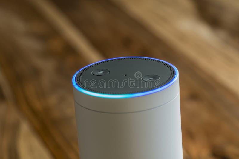 Ηχώ του Αμαζονίου συν, η ρέοντας συσκευή αναγνώρισης φωνής από το AM στοκ εικόνες