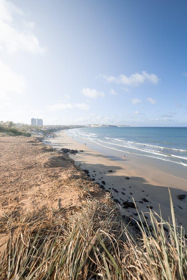 Η άκρη ενός απότομου βράχου, όπου κάποιος μπορεί να δει την παραλία και τη θάλασσα στοκ εικόνες
