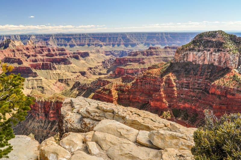 Η άκρη Λιντς απότομων βράχων βόρειων πλαισίων στα βάθη του μεγάλου φαραγγιού της Αριζόνα στοκ εικόνες