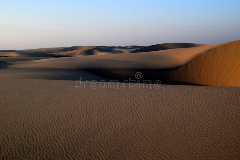 Η άμμος και ο ουρανός της αραβικής ερήμου ως ήλιο αρχίζουν να θέτουν στοκ εικόνες με δικαίωμα ελεύθερης χρήσης