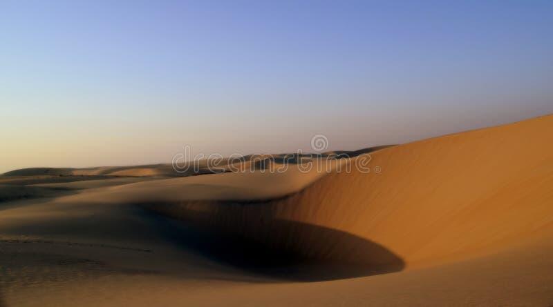 Η άμμος και ο ουρανός της αραβικής ερήμου ως ήλιο αρχίζουν να θέτουν στοκ φωτογραφίες με δικαίωμα ελεύθερης χρήσης