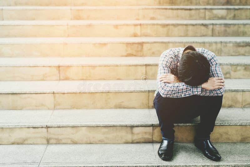 Η άνεργη συμπίεση ανθρώπων απελπισίας και πίεσης κρίσης ανθρώπων στην αρχή αισθάνεται ότι αγχωτικός δεν μπορεί να κάνει τους ανέρ στοκ φωτογραφίες