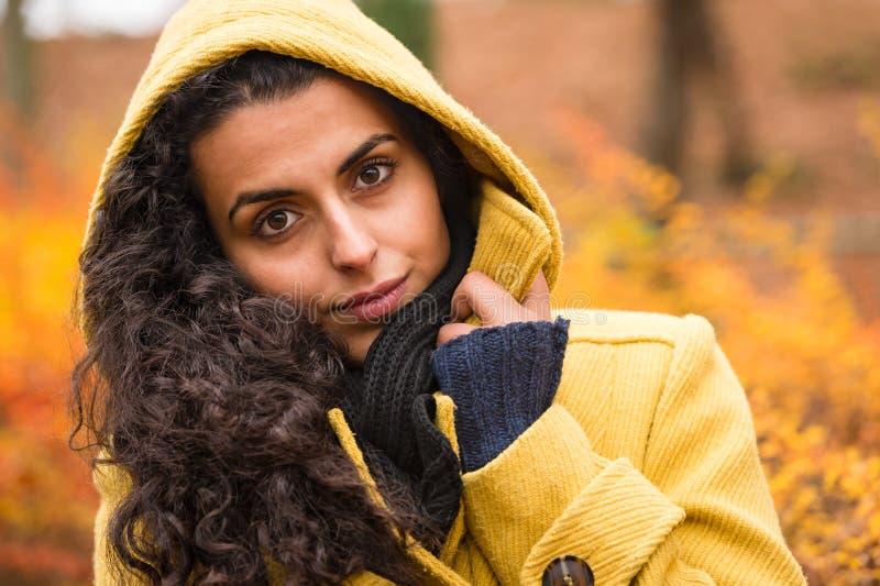 Η άνετη κουκούλα γυναικών υποβάθρου πτώσης αισθάνεται ψυχρή στοκ φωτογραφίες