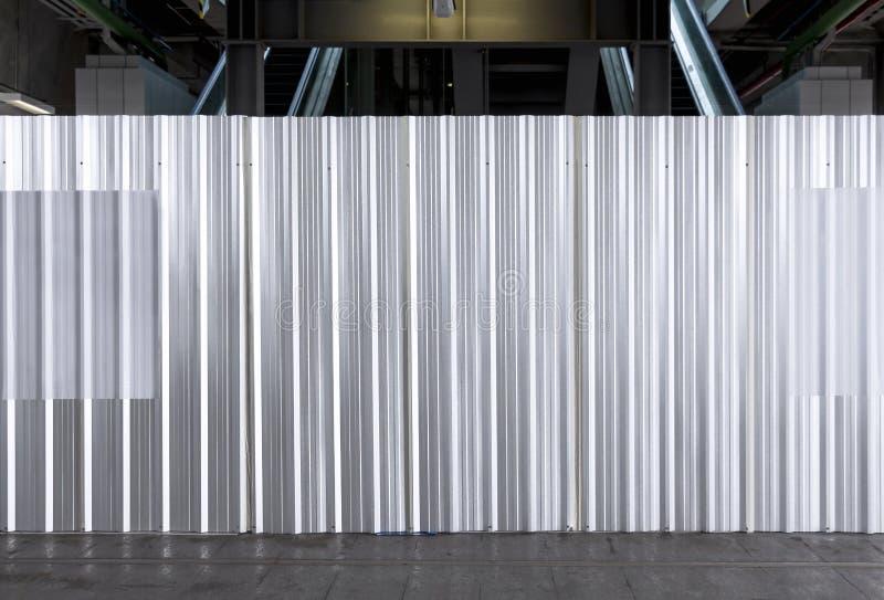 Η άνευ ραφής επιφάνεια φρακτών φύλλων μεταλλικών πιάτων της γαλβανισμένης σύστασης χάλυβα ζάρωσε για τον τοίχο σε ένα εργοτάξιο ο στοκ φωτογραφία με δικαίωμα ελεύθερης χρήσης