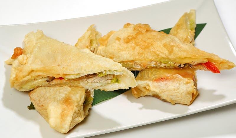Η άνοιξη κυλά στο έγγραφο ρυζιού, που τσιγαρίζεται με το shitaki κοτόπουλου, πιπέρι κουδουνιών, σαλάτα παγόβουνων, σάλτσα καρυκευ στοκ φωτογραφίες