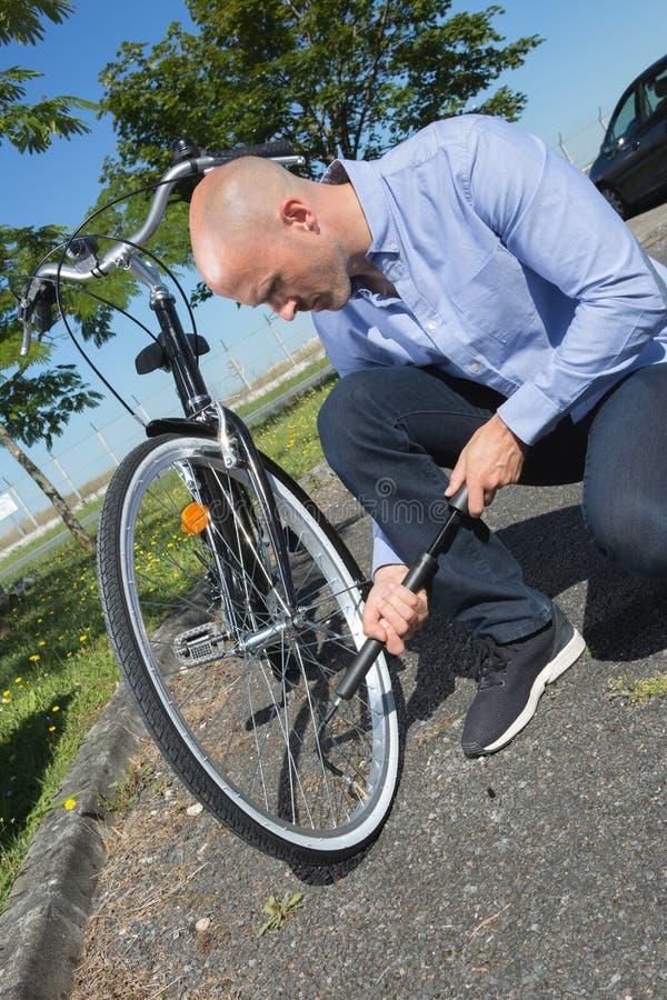 Η άντληση ατόμων κουράζει επάνω στο ποδήλατο στο πάρκο στοκ φωτογραφία με δικαίωμα ελεύθερης χρήσης
