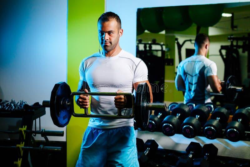 Η άντληση Bodybuilder παραδίδει επάνω τη γυμναστική στοκ εικόνες με δικαίωμα ελεύθερης χρήσης