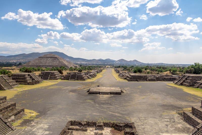 Η άποψη άνωθεν Plaza του φεγγαριού και της νεκρής λεωφόρου με την πυραμίδα ήλιων στο υπόβαθρο σε Teotihuacan καταστρέφει - Πόλη τ στοκ φωτογραφία με δικαίωμα ελεύθερης χρήσης