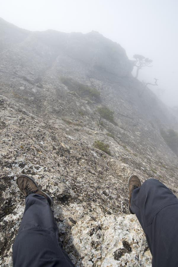 Η άποψη από τα μάτια της συνεδρίασης ατόμων πάνω από ένα βουνό στοκ εικόνες