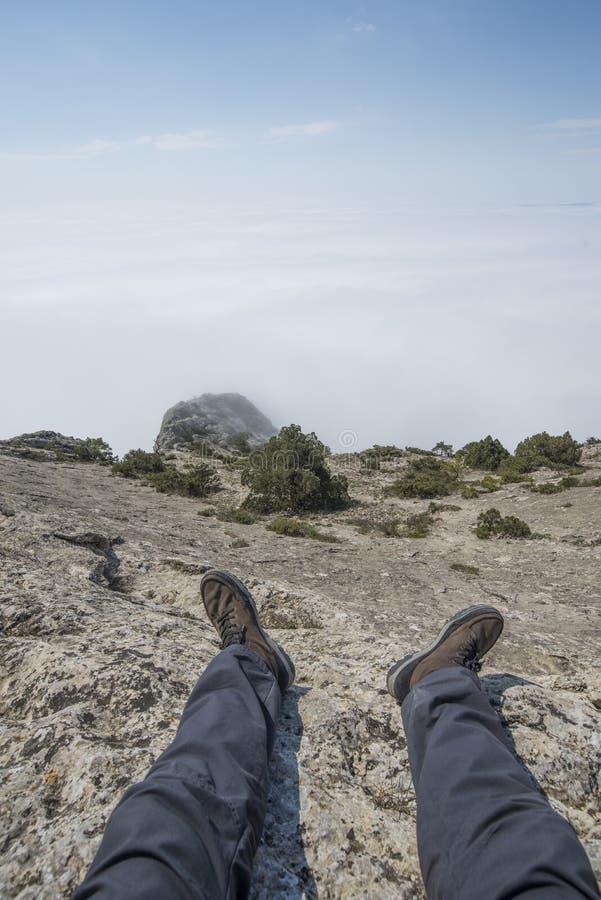 Η άποψη από τα μάτια της συνεδρίασης ατόμων πάνω από ένα βουνό στοκ φωτογραφίες με δικαίωμα ελεύθερης χρήσης