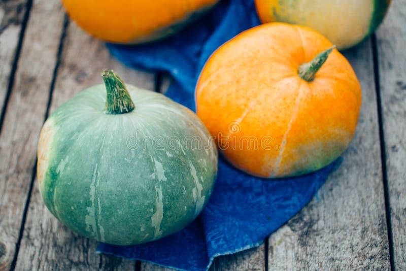 Η άποψη από την κορυφή μιας μεγάλης πορτοκαλιάς και πράσινης κολοκύθας στο εκλεκτής ποιότητας υπόβαθρο στοκ εικόνα