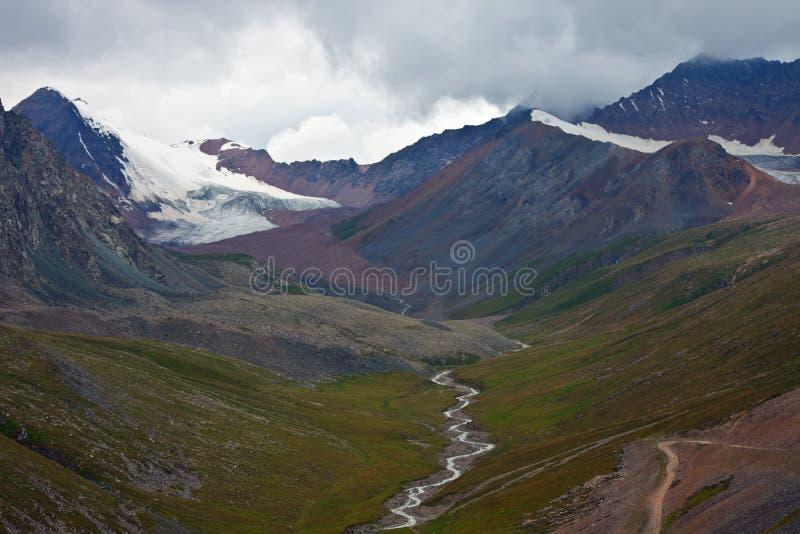 Η άποψη από το πέρασμα βουνών στις αιχμές, παγετώνες, στοκ εικόνες