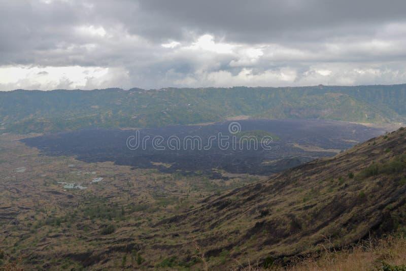 Η άποψη από το υποστήριγμα Batur σε Kintamani σκλήρυνε τη λάβα στο πόδι του ηφαιστείου Batur Μεγάλες αιχμηρές ηφαιστειακές πέτρες στοκ φωτογραφία με δικαίωμα ελεύθερης χρήσης