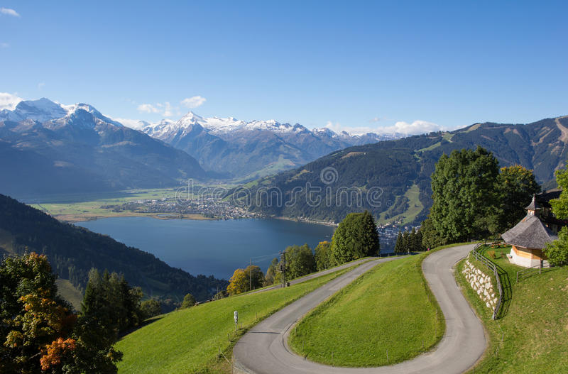 Η άποψη από Mitterberg σε Zell AM βλέπει τη λίμνη Zell & Kitzsteinhorn στοκ εικόνα