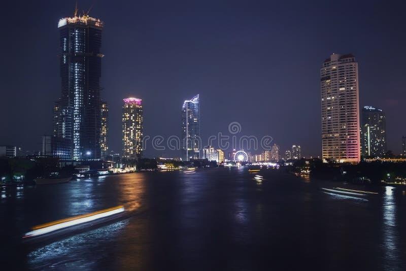 Η άποψη εικονικής παράστασης πόλης της Ταϊλάνδης τη νύχτα σχετικά με τις όχθεις του ποταμού Chao Phraya είναι ένα εμπορικό κέντρο στοκ φωτογραφία με δικαίωμα ελεύθερης χρήσης