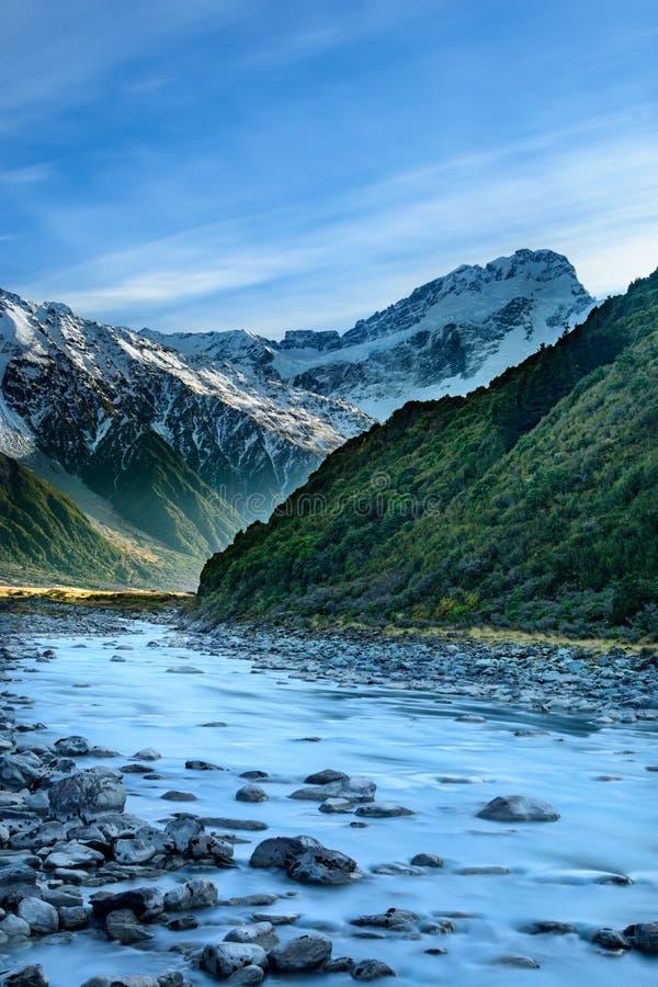 Η άποψη ενός ποταμού και τα βουνά στην ΑΜ Aoraki μαγειρεύουν το εθνικό πάρκο στοκ φωτογραφία με δικαίωμα ελεύθερης χρήσης