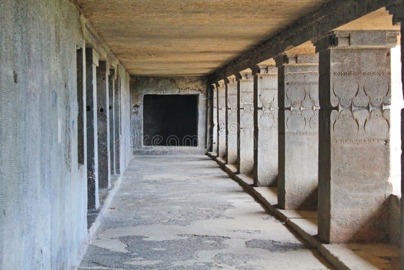 Η άποψη διαδρόμων του μοναστηριού του Βούδα, ανασκάπτει τις Νο 12, σπηλιές Ellora, Ινδία στοκ εικόνα