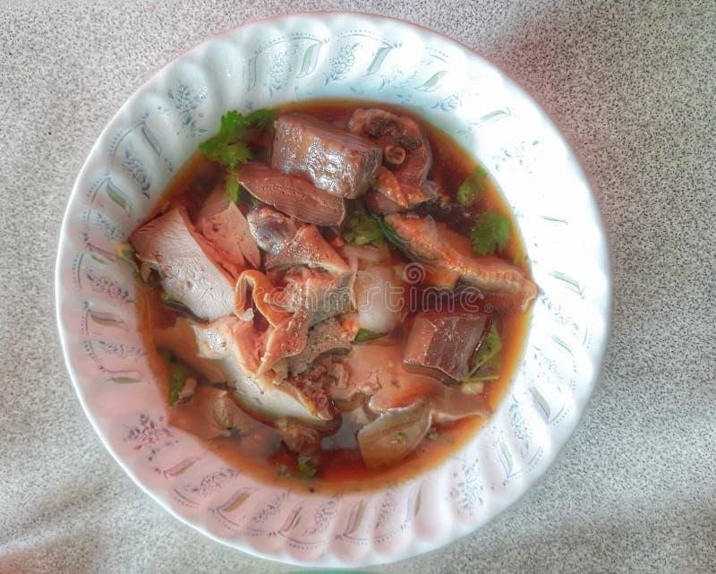 Η άποψη κινηματογραφήσεων σε πρώτο πλάνο, τοπ άποψη, μαγείρεψε σε κατσαρόλα τα νουντλς παπιών, ασιατικά τρόφιμα με τα άσπρα φλυτζ στοκ εικόνα