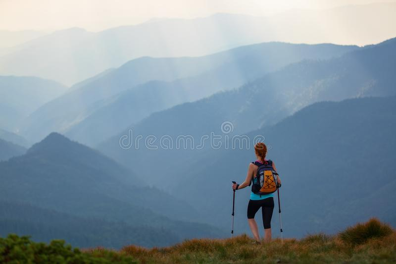 Η άποψη με τα υψηλά βουνά στην ομίχλη Οι ακτίνες ήλιων είναι διαφωτίζουν τα δάση Το ακραίο κορίτσι με τα ακολουθώντας ραβδιά στοκ φωτογραφίες με δικαίωμα ελεύθερης χρήσης