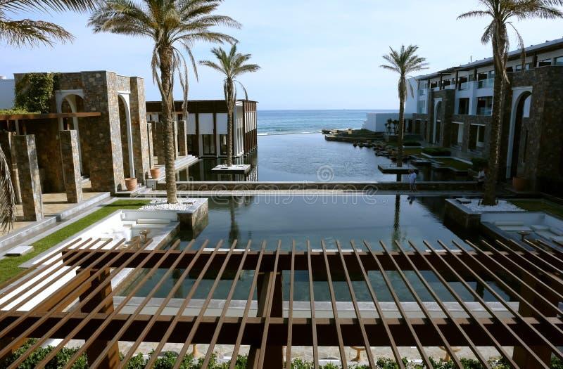 Η άποψη με τους φοίνικες και την παραλία στοκ εικόνες