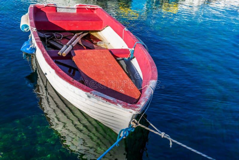 Η άποψη μιας ζωηρόχρωμης ξύλινης βάρκας έδεσε στη μαρίνα σε μια σαφή μπλε θάλασσα στοκ φωτογραφία με δικαίωμα ελεύθερης χρήσης