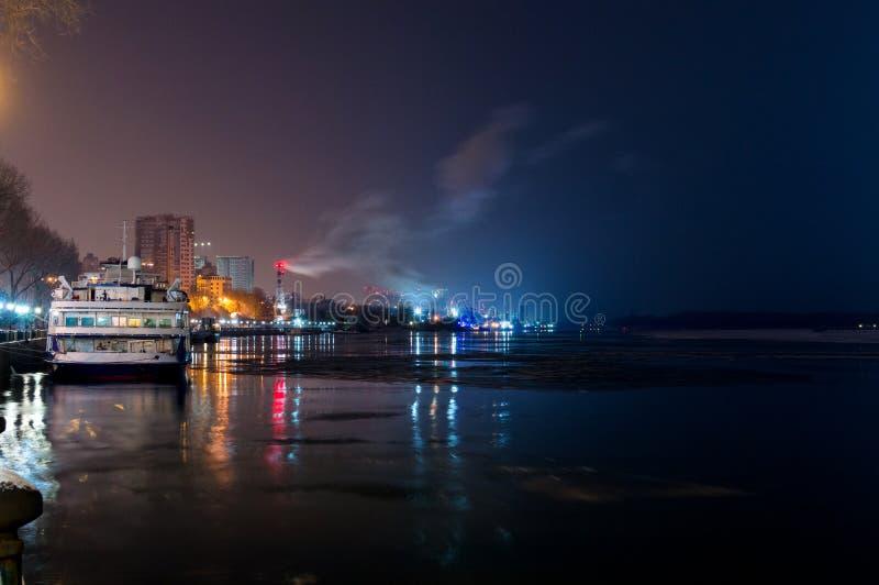 Η άποψη νύχτας από το ανάχωμα Ροστόφ--φορά στον ποταμό φορά στο κρουαζιερόπλοιο ανατολικών ποταμών στη χειμερινή πρόσδεση στοκ φωτογραφία με δικαίωμα ελεύθερης χρήσης