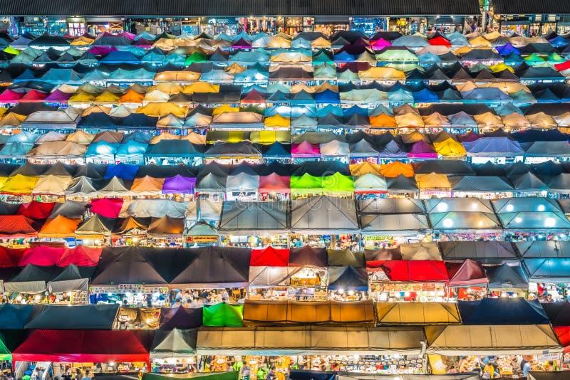 Η άποψη νύχτας της αγοράς Ratchada νύχτας τραίνων, επίσης γνωστή ως ράβδος Fai Talad Nud, είναι μια νέα αγορά ψύλλων στη Μπανγκόκ στοκ εικόνες με δικαίωμα ελεύθερης χρήσης
