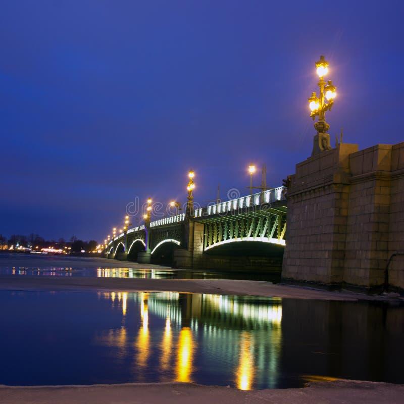 Η άποψη νύχτας της γέφυρας Troitsky στη Αγία Πετρούπολη, Ρωσία στοκ εικόνες