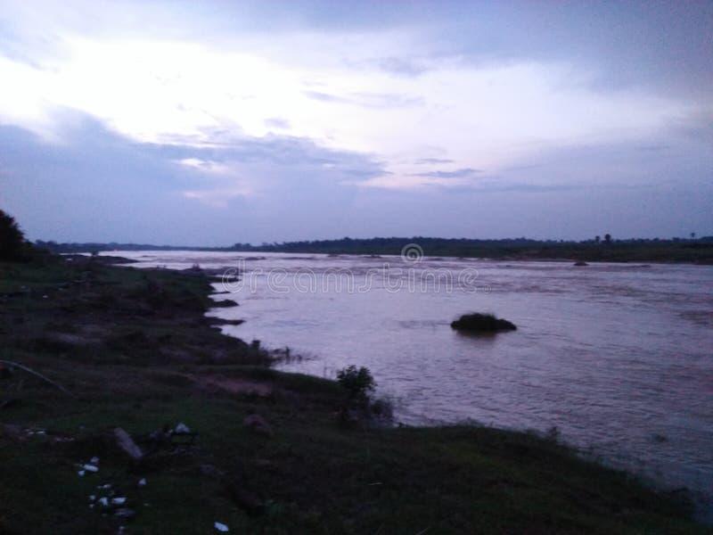 Η άποψη νύχτας του ποταμού στοκ εικόνα