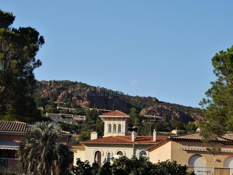 Η άποψη στα καλλιεργημένα νότια γαλλικά παράκτια βουνά κοντά σε Cassis, η ανάπτυξη πραγματοποιήθηκε με την ιδιοκτησία διακοπών κα στοκ φωτογραφία με δικαίωμα ελεύθερης χρήσης