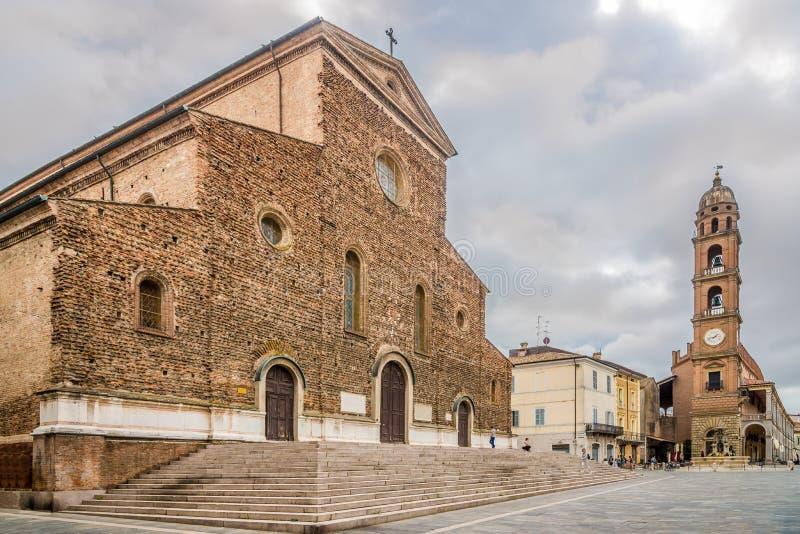 Η άποψη στον καθεδρικό ναό Αγίου Peter ο πύργος αποστόλων και κουδουνιών στην ελευθερία τοποθετεί σε Faenza - την Ιταλία στοκ εικόνα