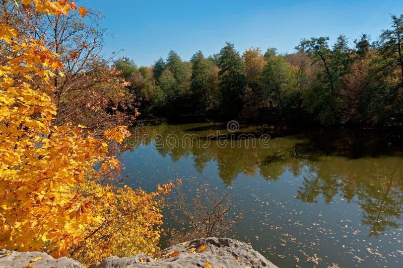Η άποψη στον ποταμό Ros στο πάρκο Oleksandriya δενδρολογικών κήπων στοκ φωτογραφίες με δικαίωμα ελεύθερης χρήσης