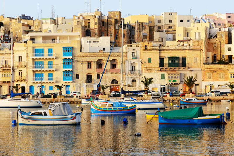 Η άποψη σχετικά με τις παραδοσιακές της Μάλτα βάρκες στο ηλιοβασίλεμα στοκ φωτογραφίες