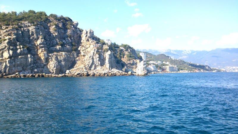 Η άποψη σχετικά με τους βράχους στο gnezdo lastochkino στοκ εικόνες με δικαίωμα ελεύθερης χρήσης