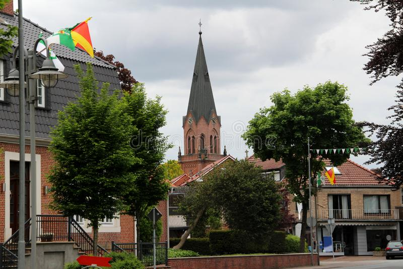Η άποψη σχετικά με το καμπαναριό εκκλησιών μέσα σταυροειδώς μέσα η Γερμανία στοκ φωτογραφία με δικαίωμα ελεύθερης χρήσης