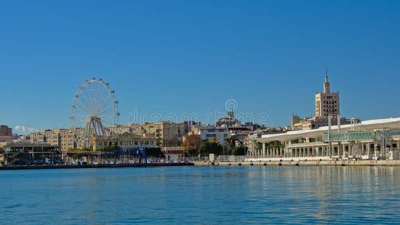 Η άποψη σχετικά με το λιμάνι της Μάλαγας με τον περίπατο Paseo del muelle ΟΗΕ στην πλευρά και τα ferris κυλούν μέσα για στοκ φωτογραφίες με δικαίωμα ελεύθερης χρήσης