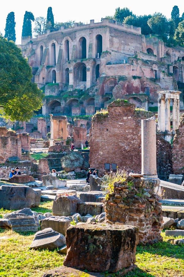 Η άποψη σχετικά με το παλάτι Domus Tiberiana παραμένει καταστροφές ως μέρος της δυτικής άκρης του υπερώιου λόφου με την υψηλότερη στοκ φωτογραφίες με δικαίωμα ελεύθερης χρήσης