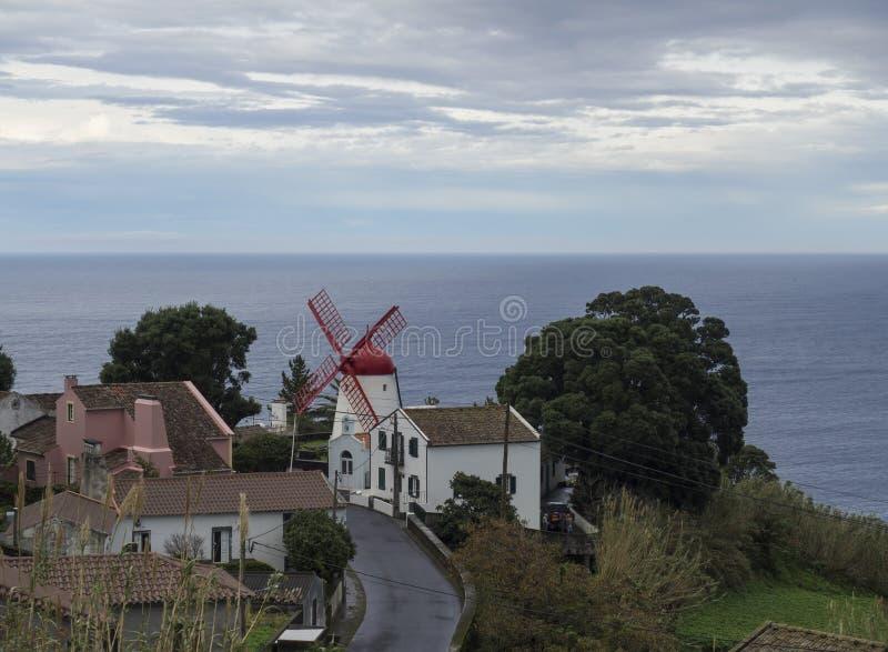 Η άποψη σχετικά με το χωριό Bretanha με τον παλαιό ανεμόμυλο αποκαλούμενο κόκκινο μέγιστο μύλο, Moinho κάνει τη θάλασσα vermelho  στοκ εικόνες με δικαίωμα ελεύθερης χρήσης