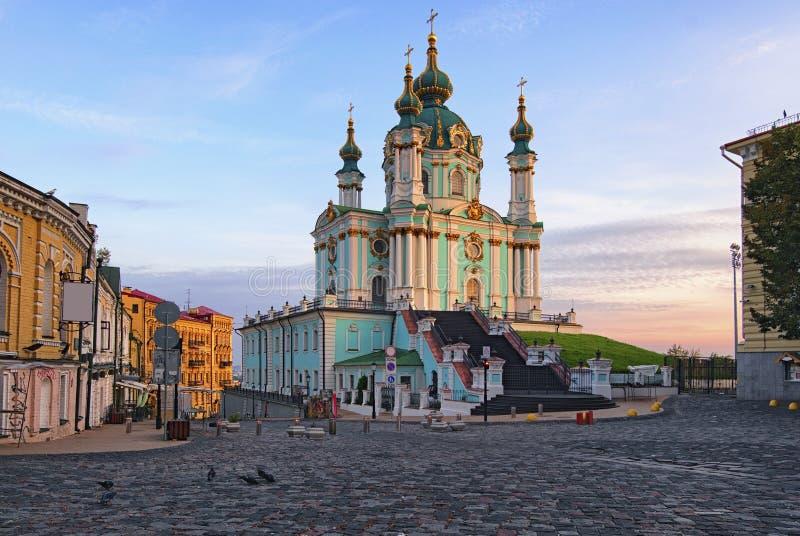 Η άποψη της εκκλησίας του ST Andrew ` s σε έναν λόφο κάλεσε την κάθοδο Andriyivskyy στοκ εικόνες