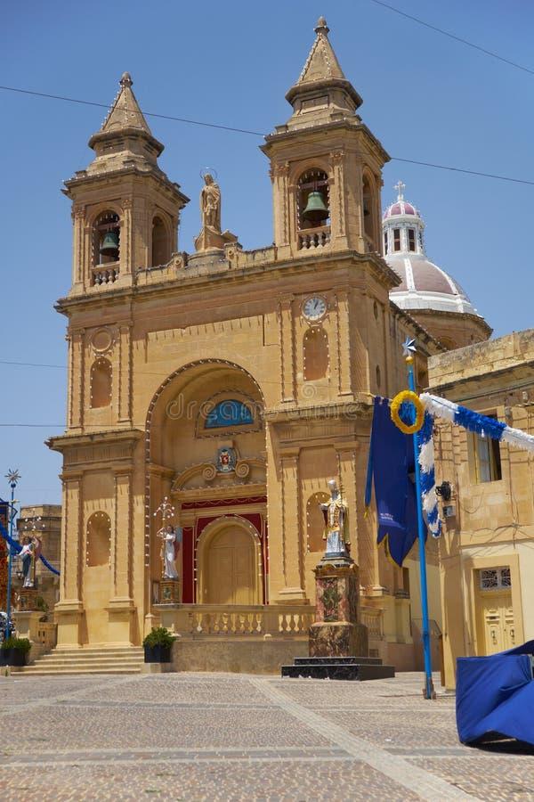 Η άποψη της εκκλησίας κοινοτήτων στο ψαροχώρι Marsaxlokk, στοκ εικόνα με δικαίωμα ελεύθερης χρήσης