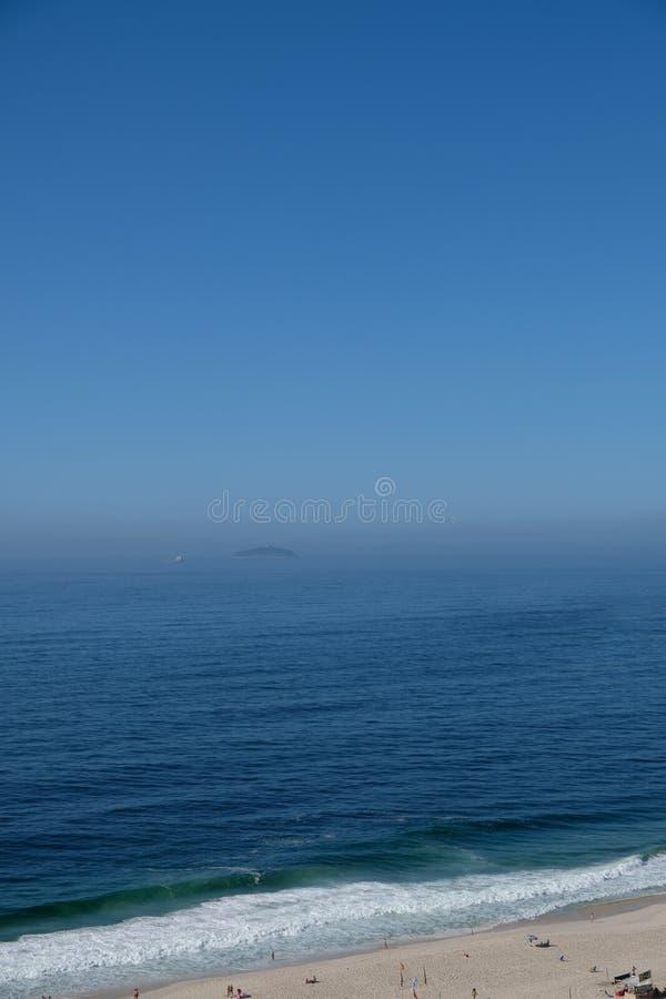 η άποψη της παραλίας Copacabana κατά τη διάρκεια των ξημερωμάτων, που λαμβάνεται από τη στέγη ενός ξενοδοχείου, κάποια μικρή ομίχ στοκ φωτογραφία με δικαίωμα ελεύθερης χρήσης