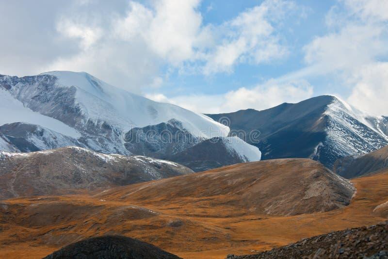 Η άποψη της σειράς και της κοιλάδας βουνών στοκ εικόνες