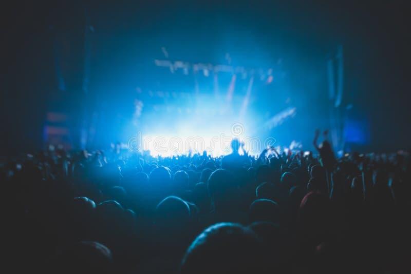 Η άποψη της συναυλίας βράχου παρουσιάζει στη μεγάλη αίθουσα συναυλιών, με το πλήθος και τα φω'τα σκηνών, μια συσσωρευμένη αίθουσα στοκ εικόνα