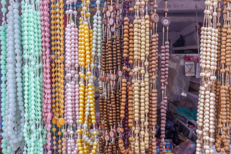 Η άποψη της τεχνητής αλυσίδας διακοσμεί την ένωση σε ένα κατάστημα οδών με χάντρες, Chennai, Ινδία, στις 19 Φεβρουαρίου 2017 στοκ εικόνα με δικαίωμα ελεύθερης χρήσης